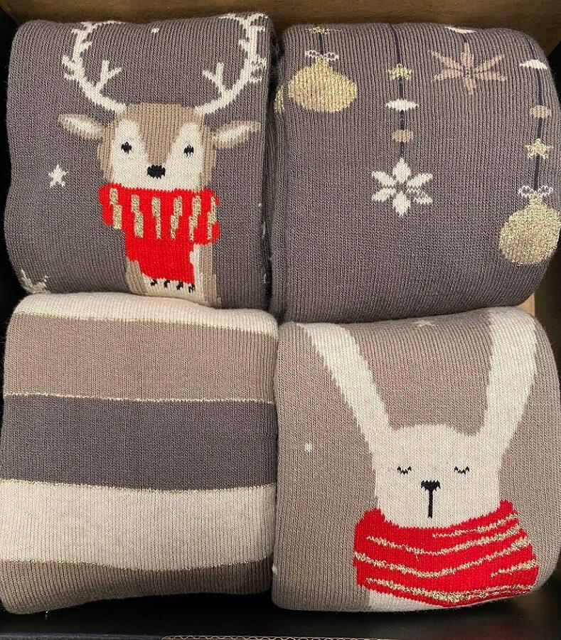 Image of   4 par julesokker i gaveæske grå og guld Vinterstrik